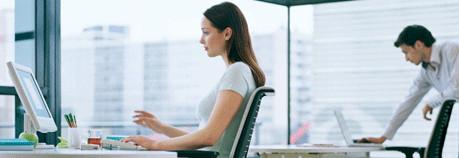 Sentarse delante de un ordenador no prueba una relación laboral